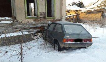 В Тверской области ВАЗ врезался в дом: погибли двое