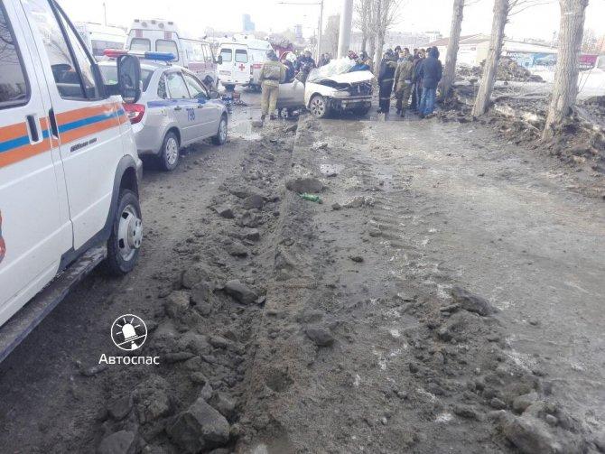 В Новосибирске Toyota врезалась в столб погибла девушка (6).jpg