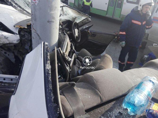 В Новосибирске Toyota врезалась в столб погибла девушка (4).jpg