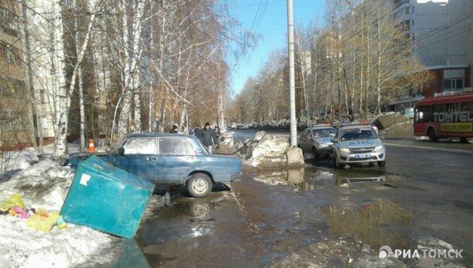 В Томске после ДТП мусорный бак придавил женщину-пешехода (1).jpg