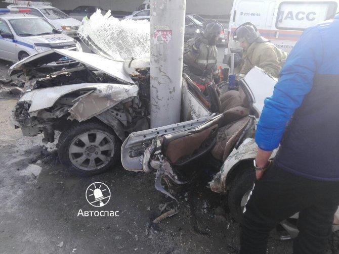 В Новосибирске Toyota врезалась в столб погибла девушка (1).jpg