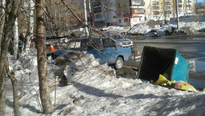 В Томске после ДТП мусорный бак придавил женщину-пешехода (2).jpg
