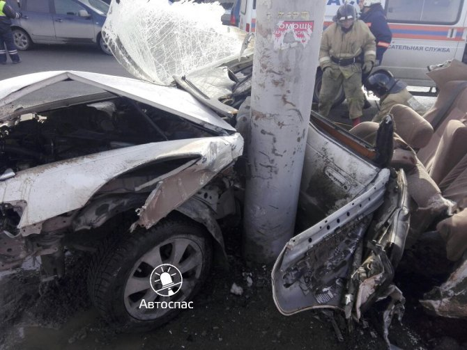 В Новосибирске Toyota врезалась в столб погибла девушка (3).jpg
