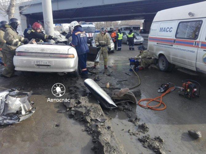 В Новосибирске Toyota врезалась в столб погибла девушка (8).jpg