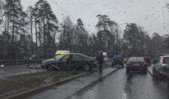 На Приморском шоссе автомобиль врезался в столб