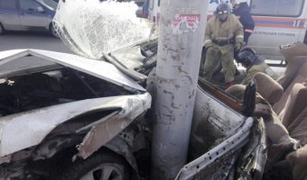 В Новосибирске Toyota врезалась в столб: погибла девушка