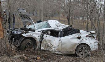 В Волгограде иномарка врезалась в дерево: водитель погибла