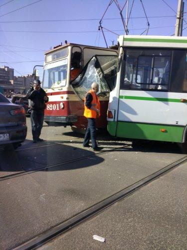 В Петербурге столкнулись автобус и трамвай есть пострадавшие (4).jpg