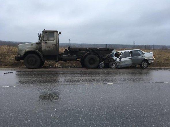 В Красном Бору в брошенный грузовик врезалась «Лада» есть пострадавшие (7).jpg