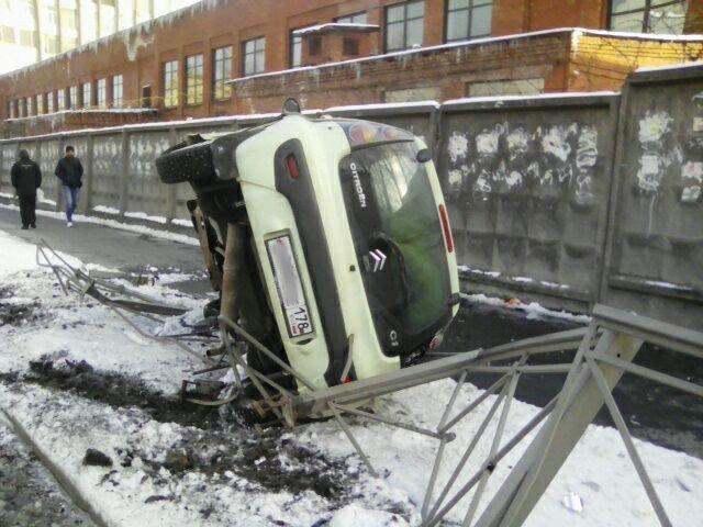 В Петербурге пьяный водитель перевернул припаркованный Citroen, 15 апреля