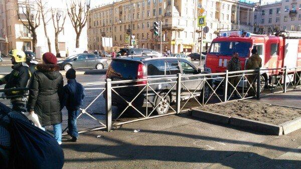 В Петербурге в ДТП на проспекте Стачек пострадали два человека (4).jpg