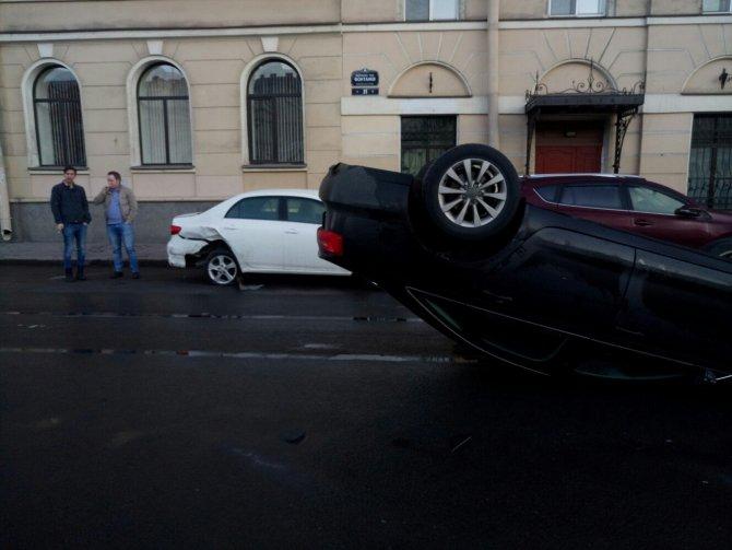 В центре Петербурга автомобиль Audi опрокинулся на крышу (1).jpg