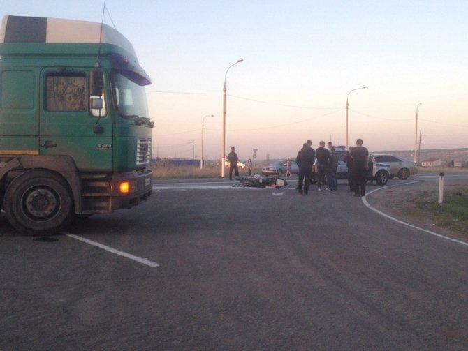 Под Воронежем мотоциклист врезался в фуру и погиб (1).jpg