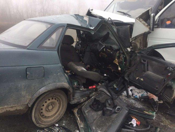 В ДТП с грузовиком под Саратовом погибли трое взрослых и ребенок (3).jpg