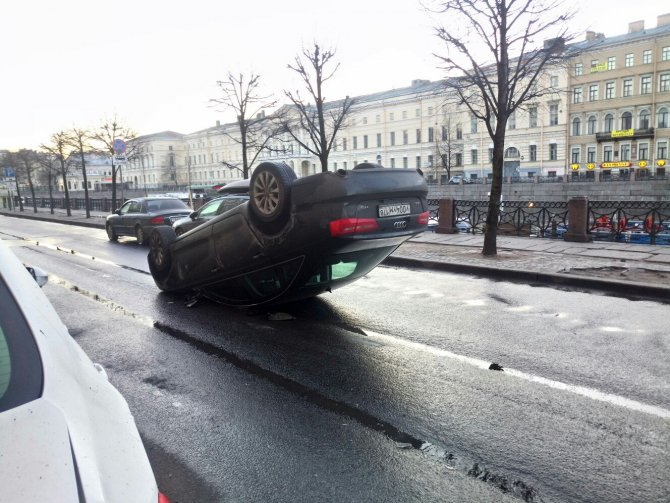В центре Петербурга автомобиль Audi опрокинулся на крышу (3).jpg