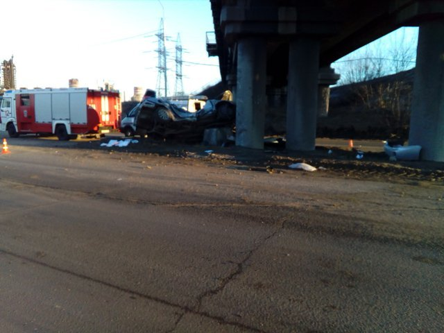 ДТП с двумя погибшими на Северной дороге в Череповце автомобиль врезался в опору моста (4).jpg