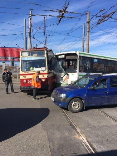 В Петербурге столкнулись автобус и трамвай есть пострадавшие (1).jpg
