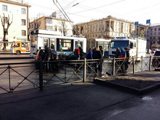 В Петербурге в ДТП на проспекте Стачек пострадали два человека (6).jpg