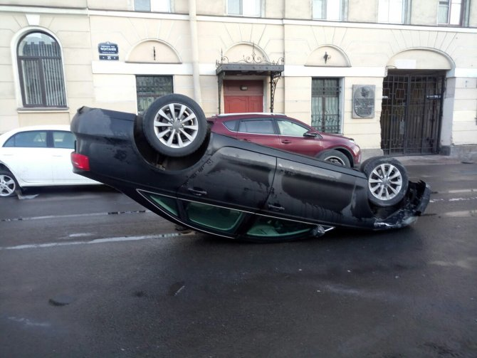 В центре Петербурга автомобиль Audi опрокинулся на крышу (2).jpg