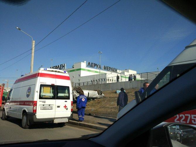 В Петербурге автомобиль вылетел на тротуар и насмерть сбил двух человек (3).jpg