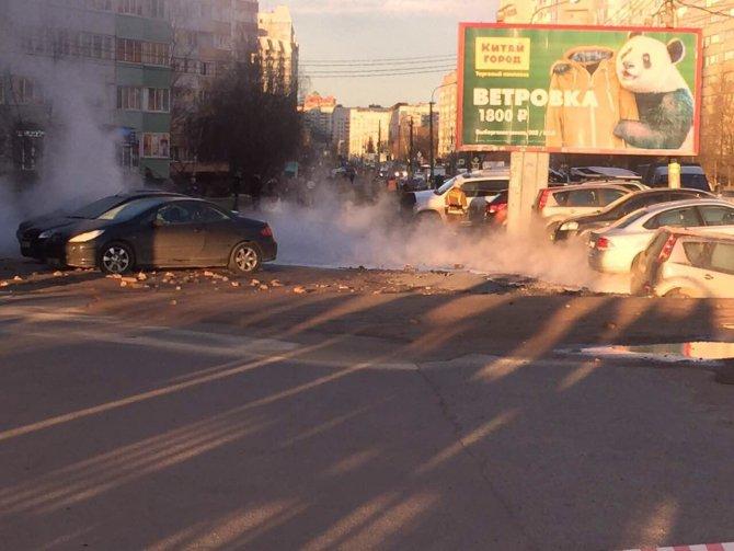 В Петербурге из-за прорыва кипятка ушли под землю несколько автомобилей