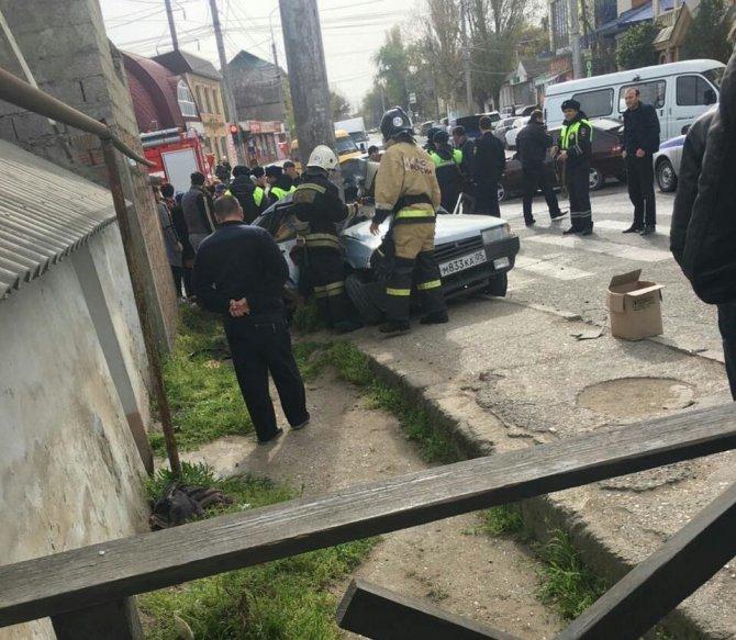 В Махачкале автомобиль вылетел на тротуар погибли два человека (1).jpg