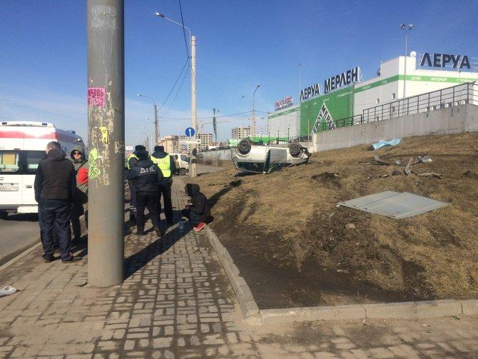 В Петербурге автомобиль вылетел на тротуар и насмерть сбил двух человек (5).jpg
