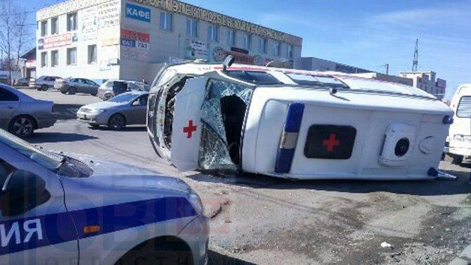 «Скорая помощь», спешившая на вызов, перевернулась в результате ДТП в Челябинске