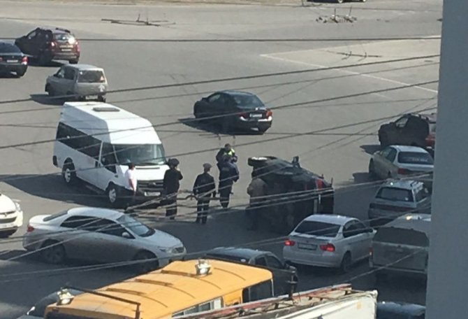 В центре Омска после ДТП опрокинулась иномарка.jpg
