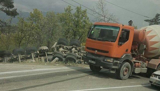 ДТП с двумя погибшими под Алуштой грузовик раздавил легковушку (6).jpg