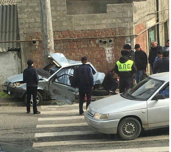 В Махачкале автомобиль вылетел на тротуар погибли два человека (2).jpg