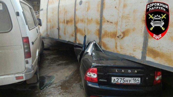 В Саратове водитель фуры без тормозов завалил машину на торговый павильон, чтобы избежать жертв