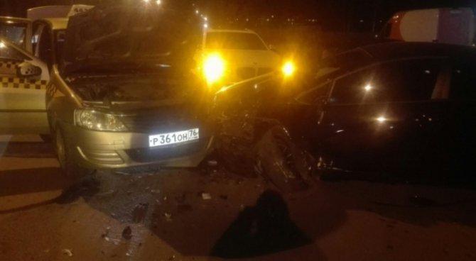 В ночном ДТП с участием такси в Ярославле пострадали два человека.jpg