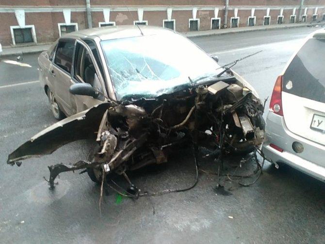 В Петербурге водитель, уходя от погони, врезался в угол дома.jpeg
