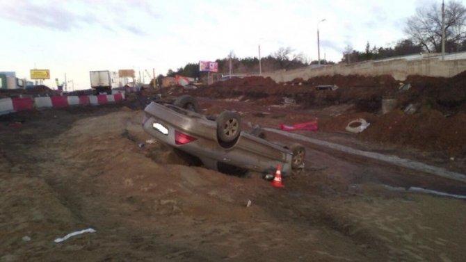 В Самаре водитель Mercedes «бортанул» Hyundai , выехал на ремонтируемую дорогу и перевернулся