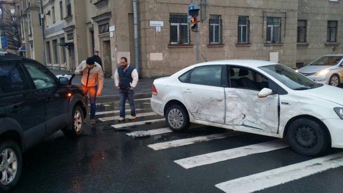 В ДТП на Малоохтинском проспекте в Петербурге пострадали женщина и ребенок (3).jpg