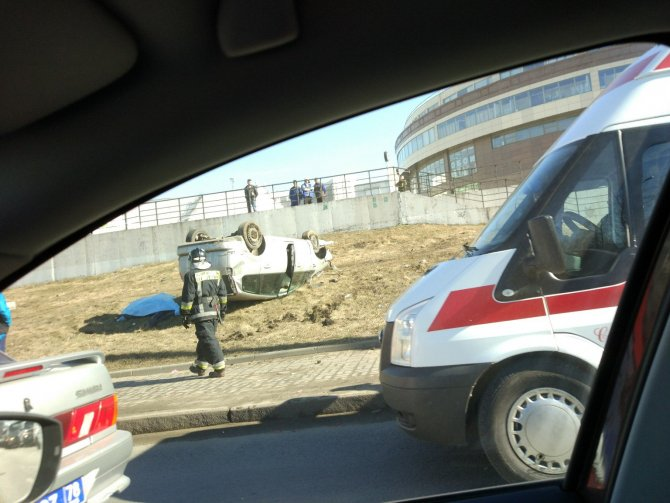 В Петербурге автомобиль вылетел на тротуар и насмерть сбил двух человек (2).jpg