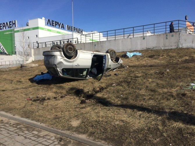 В Петербурге автомобиль вылетел на тротуар и насмерть сбил двух человек (4).jpg
