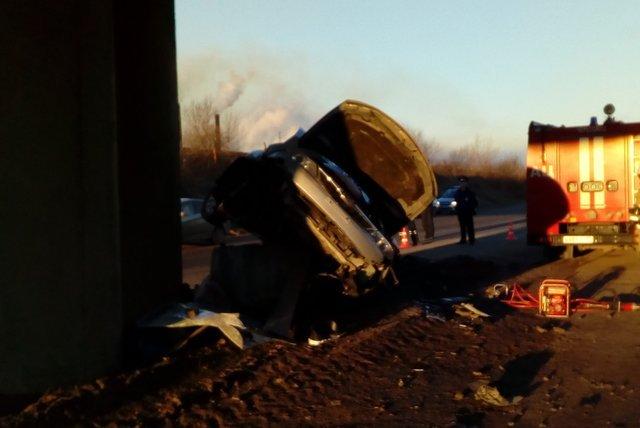 ДТП с двумя погибшими на Северной дороге в Череповце автомобиль врезался в опору моста (3).jpg