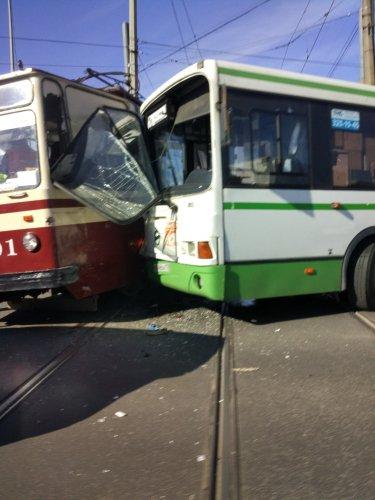 В Петербурге столкнулись автобус и трамвай есть пострадавшие (5).jpg