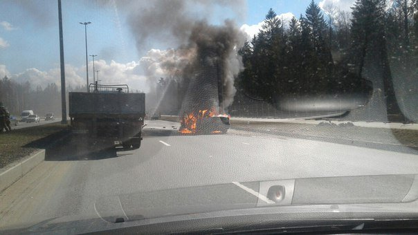 В Петербурге иномарка врезалась в «Газель» и загорелась водитель погиб (2).jpg