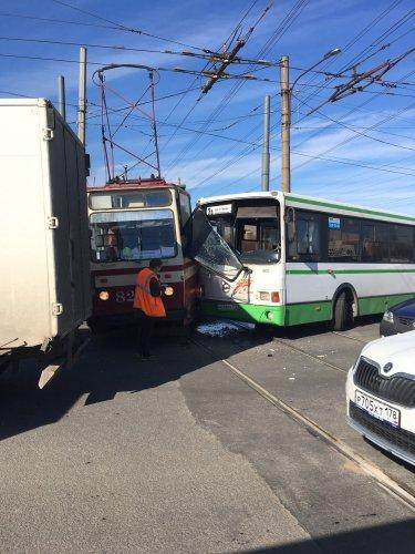 В Петербурге столкнулись автобус и трамвай есть пострадавшие (2).jpg