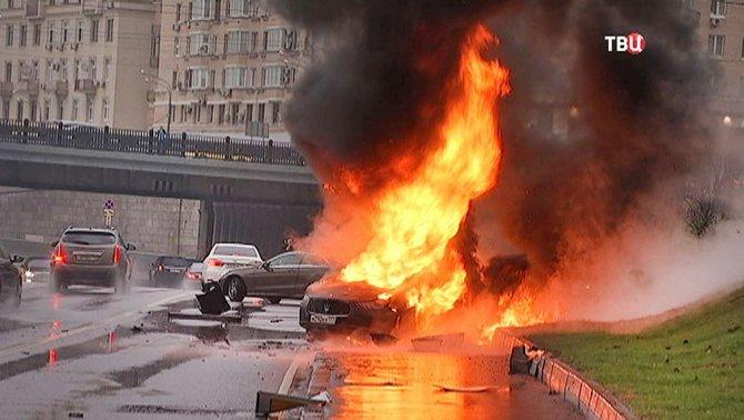В Москве Maserati Ghibli врезался в столб