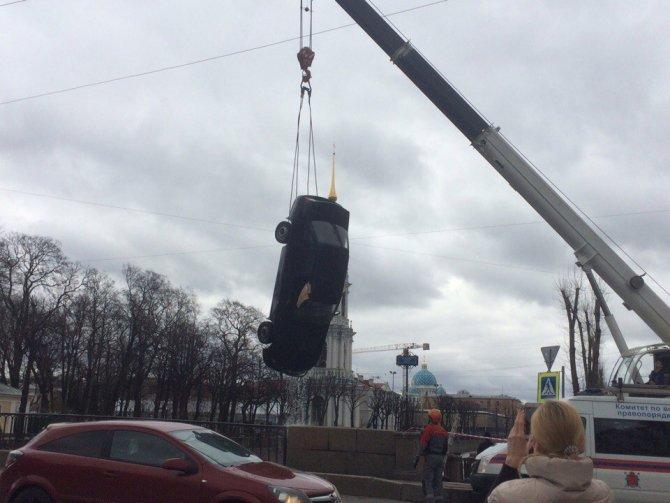 В Петербурге доставали автомобиль из Крюкова канала