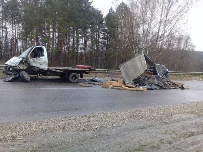 В Тульской области в ДТП Lexus расплющило оторвавшимся от грузовика кузовом