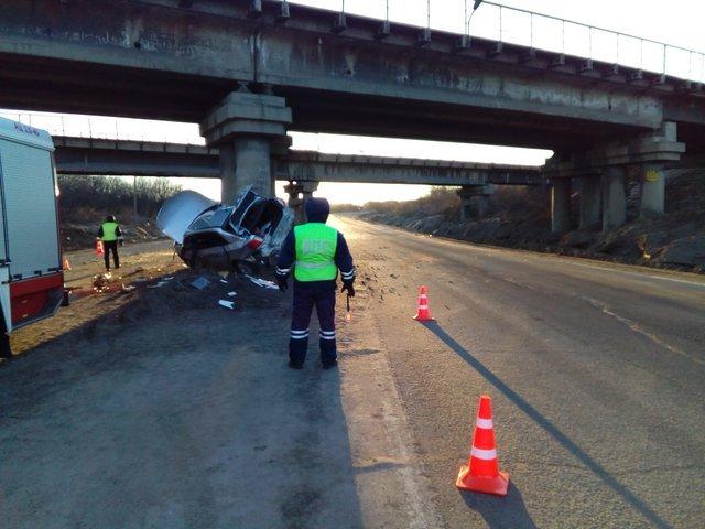 ДТП с двумя погибшими на Северной дороге в Череповце автомобиль врезался в опору моста (1).jpg