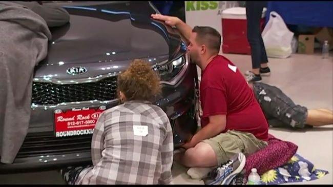 Девушка 50 часов целовала машину ради выигрыша в конкурс (1).jpg