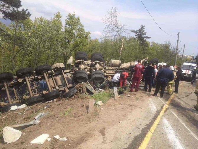 ДТП с двумя погибшими под Алуштой грузовик раздавил легковушку (4).jpg