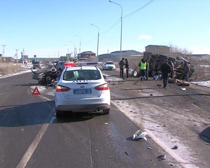 В ДТП с грузовиком под Тюменью погибли два человека (5).jpg