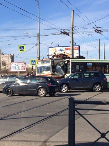 В Петербурге столкнулись автобус и трамвай есть пострадавшие (3).jpg